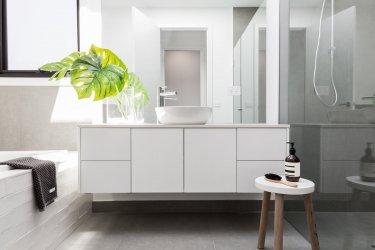 Modernes, helles Bad mit ebenerdiger Dusche und Waschbecken auf einem Waschtisch