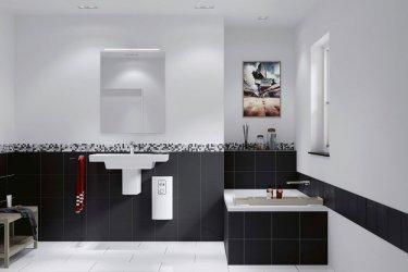 Der Durchlauferhitzer Stiebel Eltron DHB-E LCD unterhalb eines Waschbeckens in einem Badezimmer