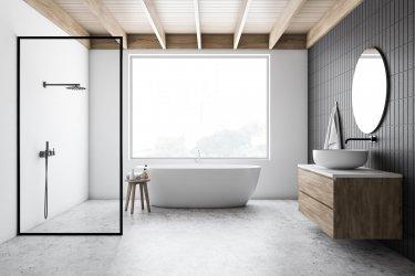 Modernes Bad mit freistehender Badewanne, ebenerdiger Dusche und großem Waschtisch