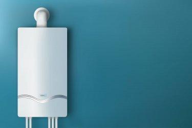 Ein Gas Durchlauferhitzer an einer blauen Wand montiert
