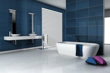 Bad mit blauen Fliesen, Badewanne und zwei Waschbecken