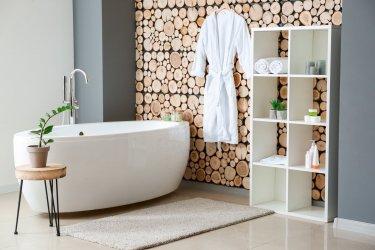 Modernes Bad mit Badewanner und holzernem Hintergrund