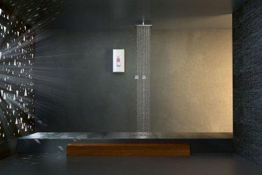 Durchlauferhitzer Siemens DE1518628 in einem dunkelgrauen, cleanen Bad neben einer Regendusche hängend